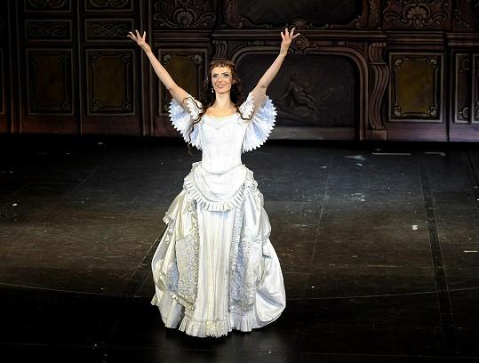 Zpívá stejnou roli jako legendární Květa Fialová: Myslíte, že je známé herečce tahle zpěvačka podobná?