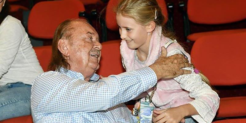 Ještě pár let a na muzikálový konkurz půjde i dcera Františka Janečka: Emily (11) umí Čarodějku nazpaměť