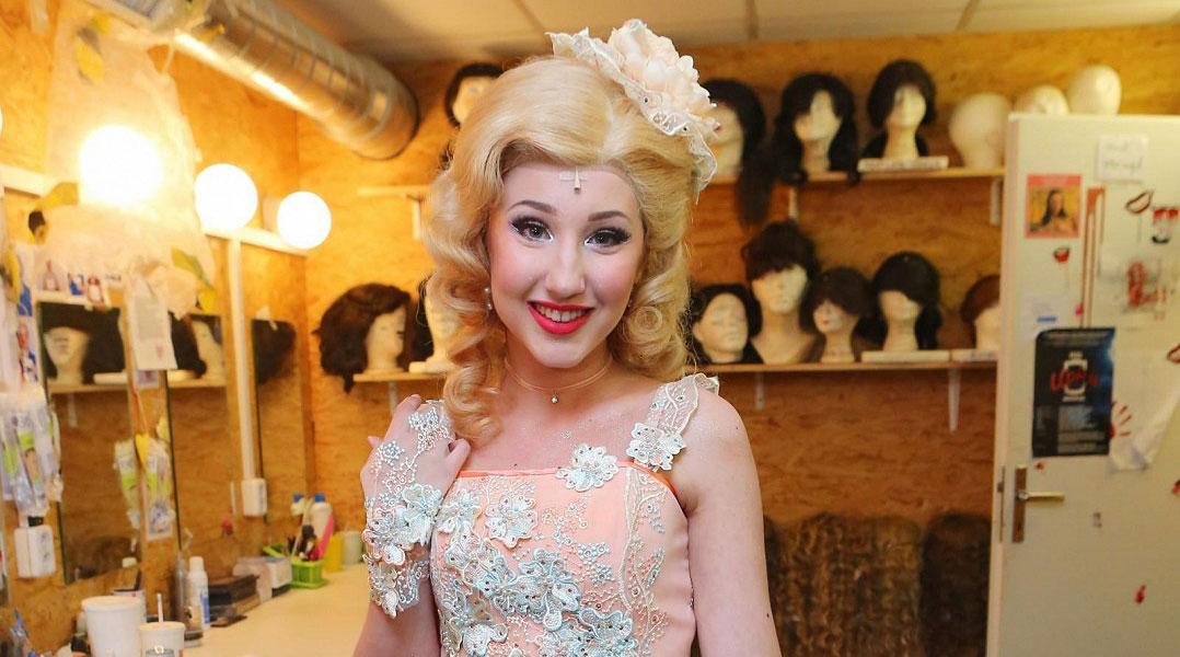 V Čarodějce bude blondýnka: Podívejte se, jak to Natálce Grossové sluší v muzikálovém kostýmu s parukou