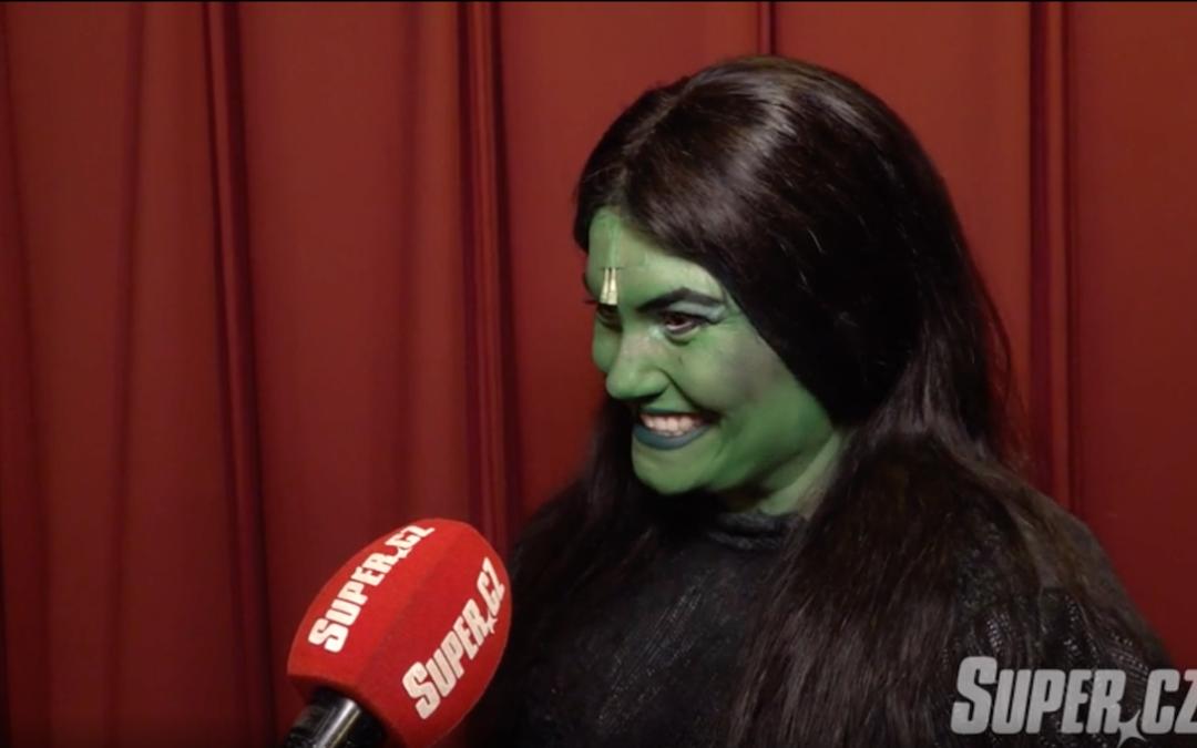Po šestinedělí se do kostýmu Čarodějky nevešla a museli jí všít 10centimetrový pruh: Zpěvačka by měla shodit ještě 8 kilo