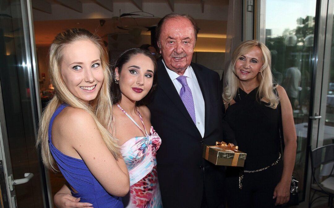 ČSSD na Janečkově párty: Přišly holky expremiéra Grosse i jeho nástupce Paroubek
